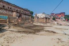 瓦腊纳西,印度- 2016年10月25日:在Ghats在季风期间以后的河边区步的泥沉积涌来 免版税库存图片