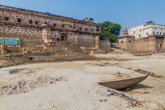 瓦腊纳西,印度- 2016年10月25日:在Ghats在季风期间以后的河边区步的泥沉积涌来 图库摄影