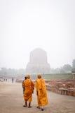 瓦腊纳西,印度- 2016年12月2日:和尚和游人来在有薄雾的早晨参观和祈祷在Dhamekh Stupa 库存图片