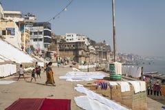 瓦腊纳西,印度- 2017年1月25日:圣洁ghats o早晨视图  免版税图库摄影