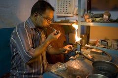 瓦腊纳西,印度- 5月15 :未认出的人工作的珠宝商。 库存照片