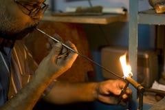 瓦腊纳西,印度- 5月15 :未认出的人工作的珠宝商 手 图库摄影