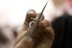 瓦腊纳西,印度- :做首饰的珠宝商 手工 5月15日, 免版税库存图片