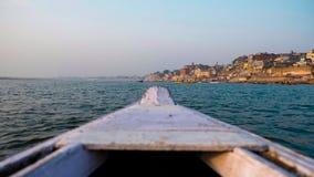 瓦腊纳西Ghats小船视图  印度 免版税库存图片