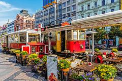 瓦茨拉夫广场的室外餐馆 图库摄影