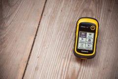 瓦莱亚乌里纳,意大利- 2014年10月11日:GPS Garmin接收器是安置在木背景的recordind日志 免版税库存图片