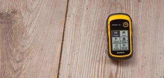 瓦莱亚乌里纳,意大利- 2014年10月11日:GPS Garmin接收器是安置在木背景的recordind日志 库存图片