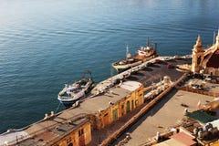 瓦莱塔和盛大港口古老防御全景地平线视图有船的 免版税库存照片