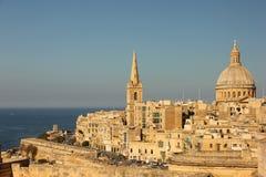 瓦莱塔多数著名看法有盛大港口,我们的迦密山教会` s圣保罗` s国教徒圆顶和塔的夫人的  库存照片