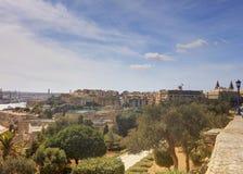 瓦莱塔市港口区域在马耳他,有沿海岸线的许多历史建筑的 免版税库存照片