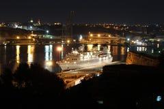 瓦莱塔港口在晚上 库存图片