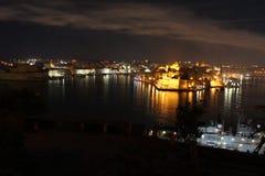 瓦莱塔港口在晚上 免版税库存图片