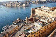 瓦莱塔,树市和盛大港口,马耳他古老防御全景地平线视图  库存照片