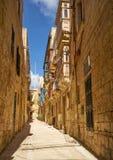 瓦莱塔,马耳他狭窄的街道和住宅房子  免版税库存图片