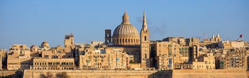 瓦莱塔,马耳他,地平线与卡默利特平纹薄呢教会的圆顶和圣保罗` s塔的下午  库存图片