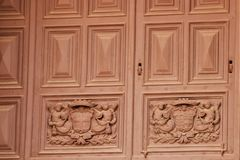 瓦莱塔,马耳他,2014年7月 古董雕刻了古老门在入口到宽容大教堂 图库摄影
