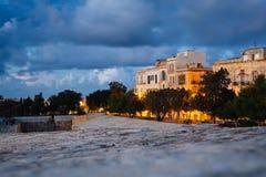 瓦莱塔,马耳他:从城市墙壁的看法在日落 免版税库存图片