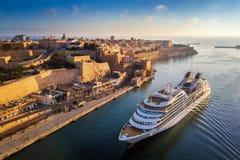 瓦莱塔,马耳他-游轮航行到日出的盛大港口里与瓦莱塔古城 库存图片
