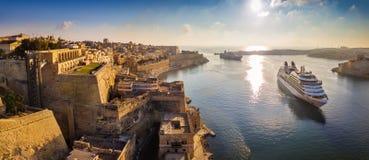 瓦莱塔,马耳他-瓦莱塔全景空中地平线视图,当航行在盛大港口的游轮 库存照片