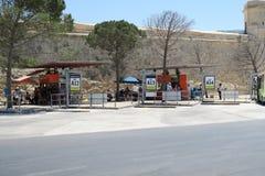 瓦莱塔,马耳他- 2016年8月02日:人们等待在马耳他公共交通工具公共汽车海湾 免版税库存照片