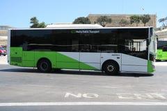 瓦莱塔,马耳他- 2016年8月02日:停放的一辆新的马耳他公共交通工具公共汽车 免版税库存照片