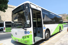 瓦莱塔,马耳他- 2016年8月04日:新的马耳他公共交通工具公共汽车在瓦莱塔 免版税库存图片