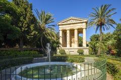 瓦莱塔,马耳他-有棕榈树的更低的Barrakka庭院 免版税库存照片