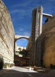 瓦莱塔 对堡垒墙壁的城市推力 免版税库存图片
