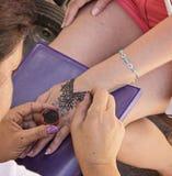 瓦莱塔- 7月14 :街道艺术家无刺指甲花纹身花刺在工作在瓦莱塔, 2017年7月14日在瓦莱塔,马耳他 免版税库存照片