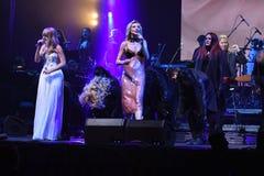瓦莱里亚和克里斯季娜Orbakaite在阶段执行在维克托Drobysh第50个年生日音乐会期间在巴克来中心 库存图片