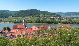 瓦豪谷的小镇与多瑙河在奥地利 库存图片