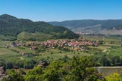 瓦豪谷的小镇与多瑙河在奥地利 免版税库存照片