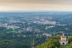 瓦雷泽市,意大利 鸟瞰图在瓦雷泽黎明在北意大利,有市的米兰在背景中 免版税库存图片
