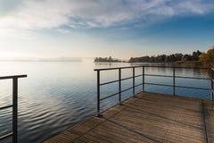 瓦雷泽湖和在中心小岛弗吉尼亚;比亚恩德龙诺,瓦雷泽,意大利省  图库摄影