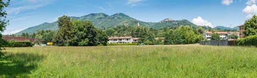 瓦雷泽,园地dei Fiori,意大利 往山的全景在城市后 免版税库存图片