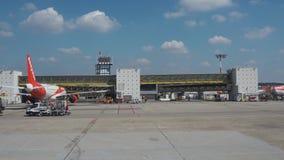 瓦雷泽,意大利 马尔彭萨国际机场从飞机窗口的终端2 股票录像