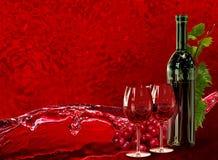瓶、葡萄酒杯、葡萄和动力学飞溅酒 库存例证