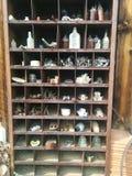 瓶、骨头和各种各样的对象在室外架子 免版税图库摄影