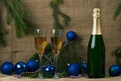 瓶与两个酒杯的香槟在胸罩背景  库存照片