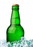 瓶与冰的啤酒 免版税库存照片