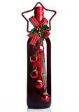 瓶与圣诞节装饰绿色的红葡萄酒 库存照片