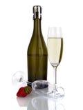 瓶与在白色查出的玻璃的汽酒 免版税库存照片