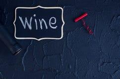 瓶与拔塞螺旋的酒 免版税库存照片