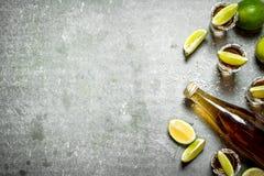 瓶与石灰和盐的龙舌兰酒 库存图片