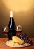 瓶与葡萄酒杯和干酪的极大的酒 免版税库存图片