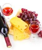 瓶与葡萄酒杯和干酪的极大的酒 免版税库存照片
