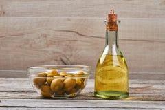 瓶与黄柏的油 免版税库存图片