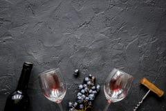 瓶与玻璃的红葡萄酒在纹理背景顶视图大模型 免版税库存图片
