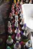瓶五颜六色的纹身花刺墨水,在纹身花刺客厅箱子 免版税库存照片