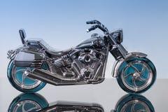 瓶以一辆摩托车的形式香水在黑丙烯酸酯s 库存照片